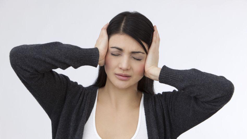 Patientin mit Schmerzen: Die Symptome breiten sich manchmal im ganzen Kopf aus und können auch starke Kopfschmerzen hervorrufen