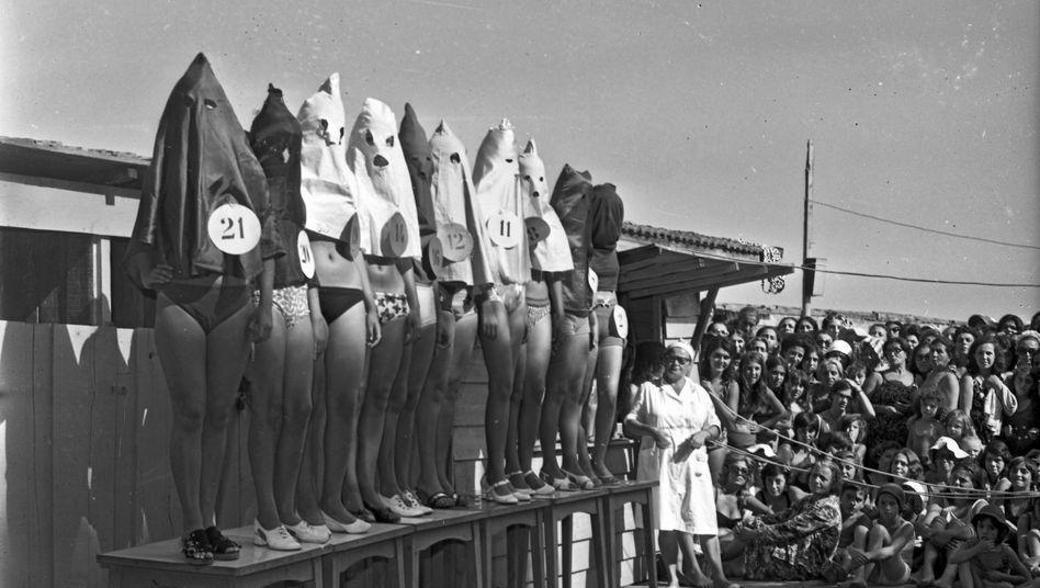 Kapuzenfrauen: Diese skurrile Aufnahme entstand 1971 in der Türkei