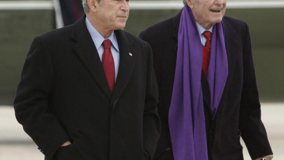 Ex-Präsidenten George W. (l.) und George H.W. Bush: Intime Details veröffentlicht