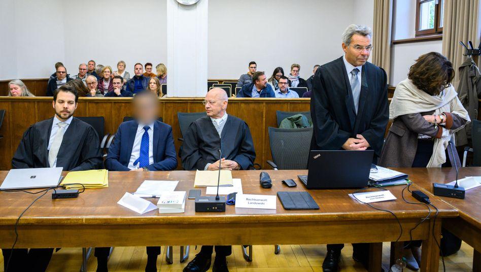 Der Angeklagte, ehemals Chefarzt am Klinikum Leer, mit seinen Verteidigern im Gerichtssaal