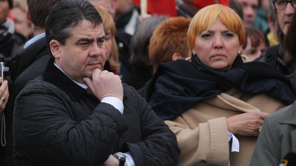 SPD-Chef Gabriel, Grünen-Kollegin Roth: Das Zweierbündnis wackelt