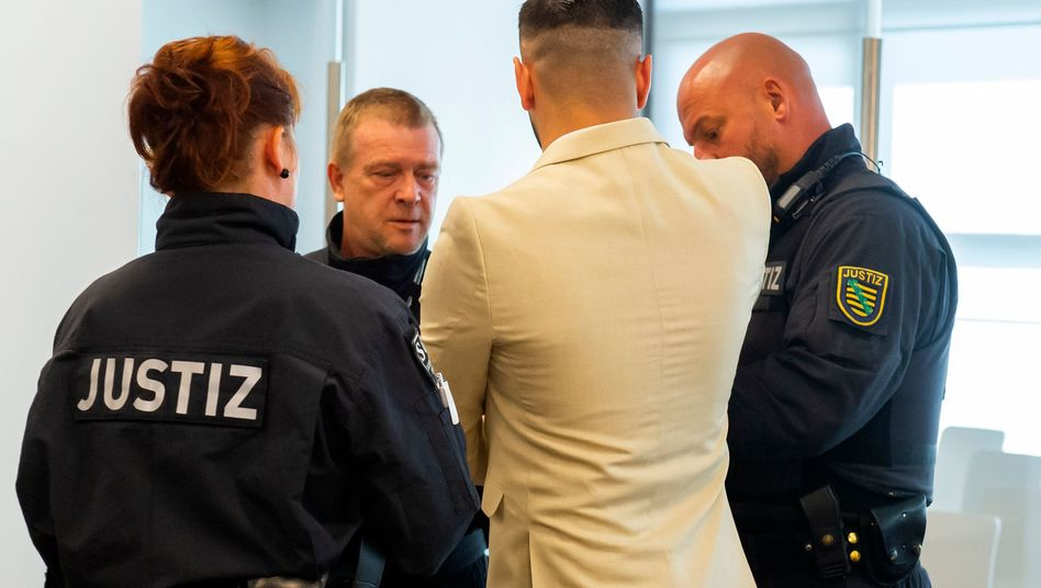 Angeklagter S. mit Justizbeamten: Wegen Totschlags schuldig gesprochen