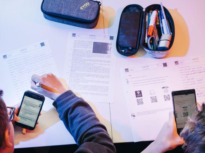"Schüler in der Europaschule in Bremen ""Take out your smartphones"""