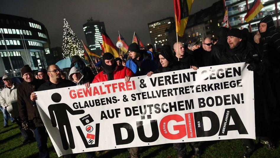 """Pegida-Ableger in Düsseldorf: """"Mischung aus empörten Wutbürgern und Rechtsaußen-Aktivisten"""""""
