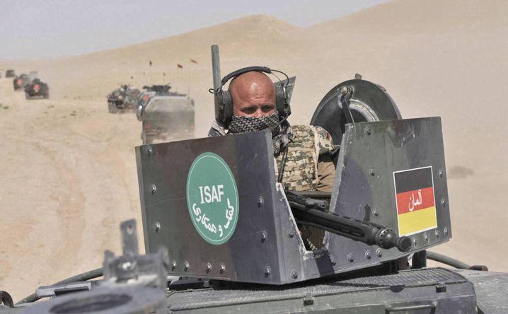 """Bundeswehrsoldat in Afghanistan: """"Handlungssicherheit"""" durch neue Taschenkarte"""