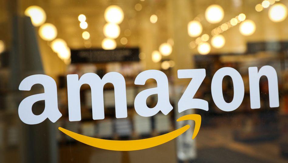 Amazon-Logo an einem Laden in New York: Versteckte Fake-Luxusartikel im Angebot des Onlinehändlers