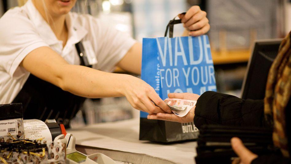 Kassiererin in Berlin: Fast jeder Zweite unter 25 Jahren hat keinen regulären Vollzeitjob