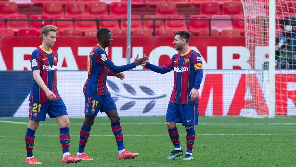 Der Ex-Dortmunder Ousmane Dembélé (Mitte) traf für Barça (29.) zum Führungstor, für den Schlusspunkt sorgte Barça-Superstar Lionel Messi (rechts) in der 85. Minute