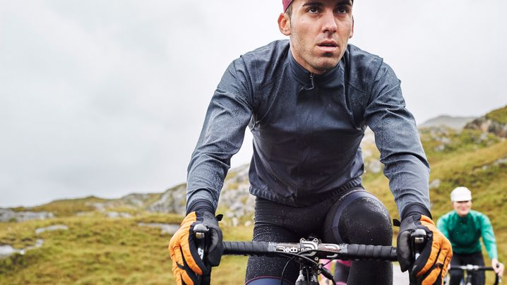 Radel verpflichtet: Die richtige Regenbekleidung zum Radfahren