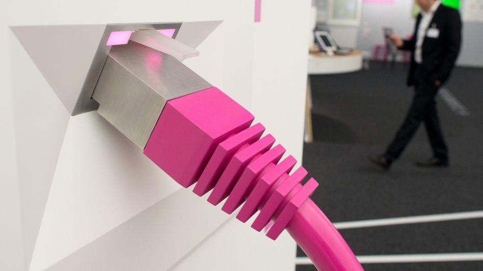 Überdimensionales Telekom-Netzwerkkabel (auf der Cebit): Abmahnung wegen Drosselung