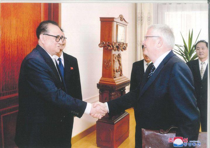 """Nordkoreabesucher Nowak (r.), Vizeparteichef Ri im November 2017: """"Weil sie mir trauen"""""""