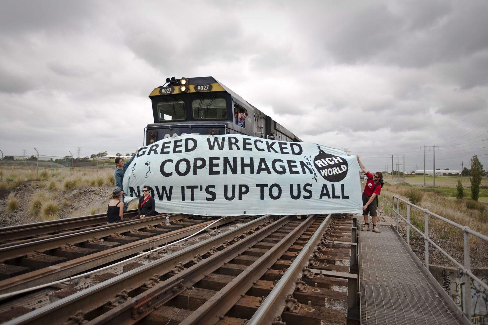 Australische Klima-Aktivisten stoppen Kohlezug