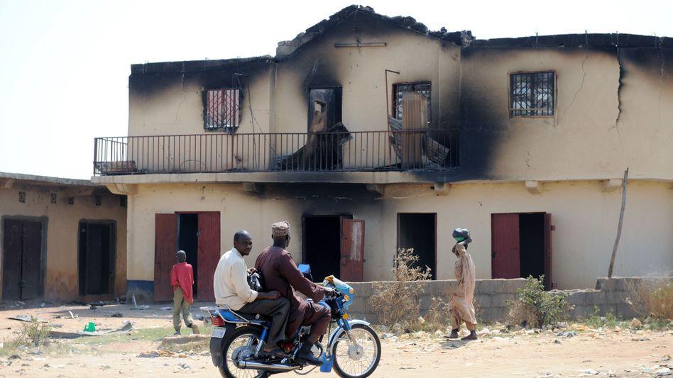 Ausgebrannte Schule nach Unruhen in Nigeria (Archivbild vom Januar): Massaker in Dörfern