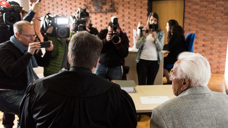 Angeklagter Rentner (rechts), Verteidiger (links)