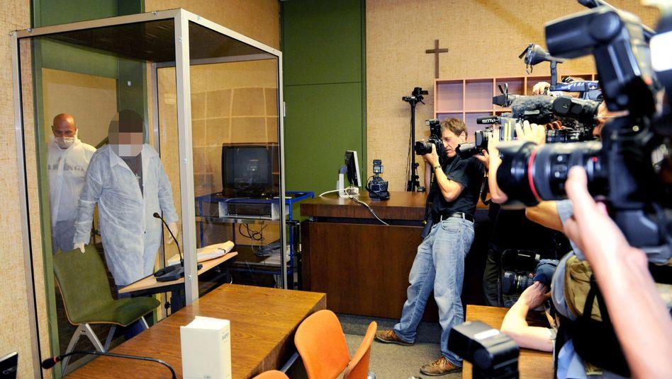 Angeklagter Oliver Shanti: In Schutzanzug und Glaskasten vor Gericht