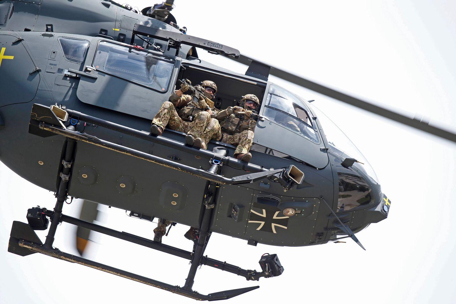 Kommandosoldaten des Kommando Spezialkräfte (KSK) sitzen im Helikopter vom Typ Airbus Helicopters H145M LUH SOF (Light