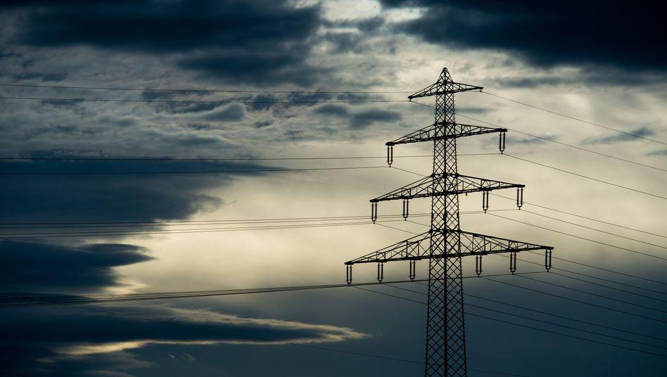 Hochspannungsleitung in Niedersachsen (Archiv): Stromkunden müssen die Mehrkosten tragen