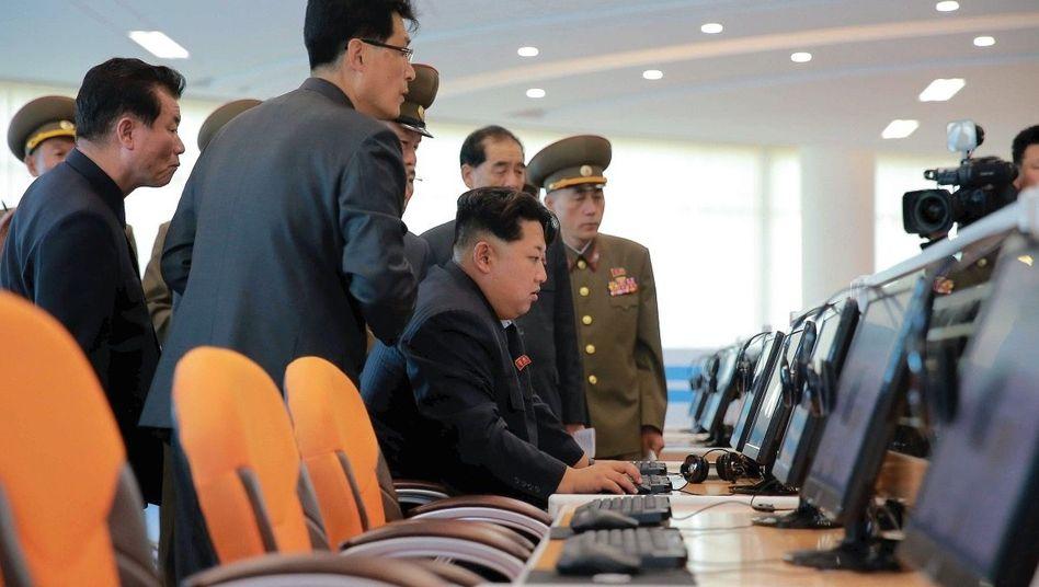 Diktator Kim bei Besuch eines Technologiezentrums in Pjöngjang 2015: Computerangriffe als kostengünstige »Zauberwaffe« für das Regime