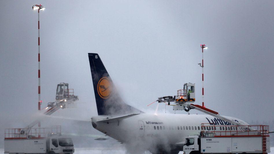 Enteisung eines Flugzeugs: Die Abfertigung der Flieger in Frankfurt verzögert sich