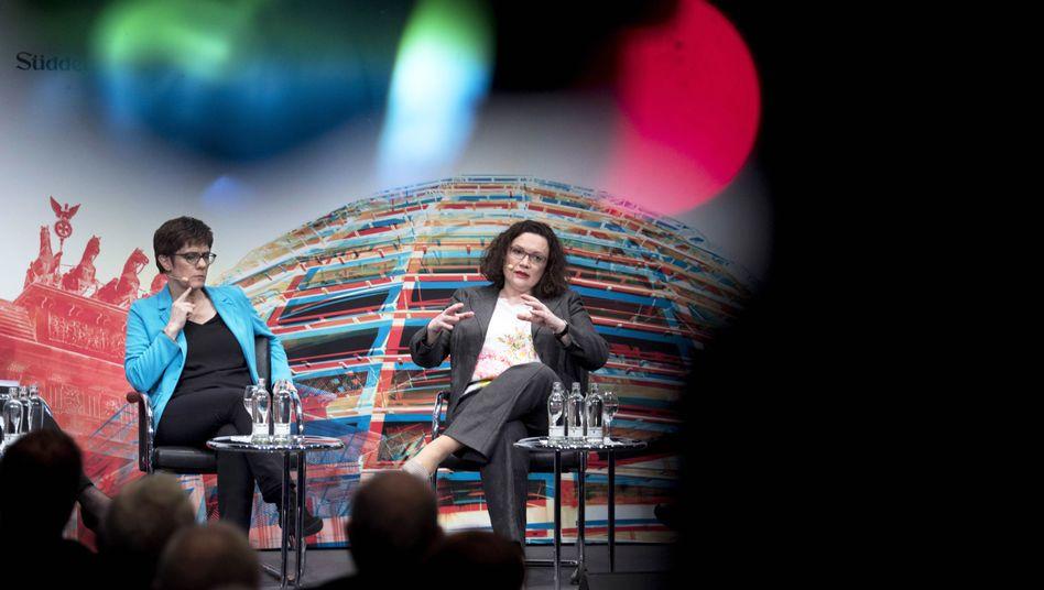 Annegret Kramp-Karrenbauer, Parteivorsitzende der CDU, und Andrea Nahles, Parteivorsitzende der SPD (r.)