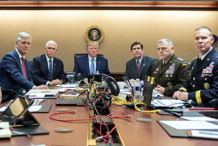 Donald Trump im Situation Room, zusammen mit (v.l.) Robert O'Brien, nationaler Sicherheitsberater, Mike Pence, Vize-Präsident, Mark Esper, Verteidigungsminister, Mark Milley, Vorsitzender der Joint Chiefs und Marcus Evans, stellvertretender Leiter für Sondereinsätze