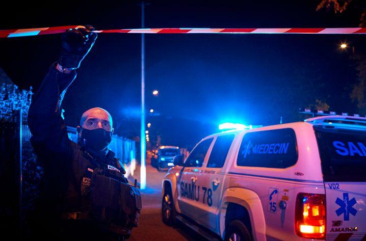 Polizei am Tatort: Der Geschichtslehrer war am Freitagnachmittag in einem Pariser Vorort nahe seiner Schule von dem Attentäter mit einem Messer attackiert worden