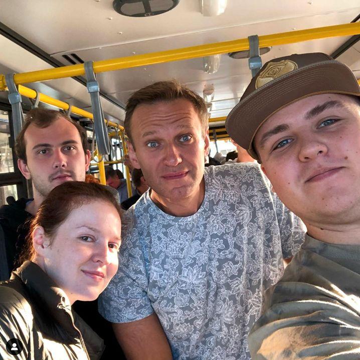 Nawalny (in der Bildmitte) auf dem Weg zum Flugzeug in Tomsk