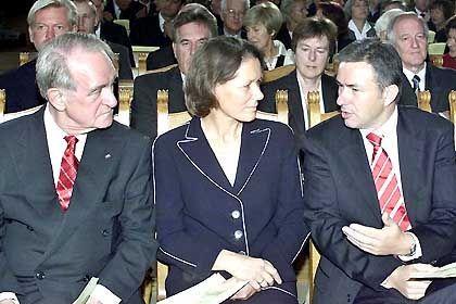 Einheitsfeier: Rau (l.) mit Ehefrau Christina und Berlins Regierendem Bürgermeister Klaus Wowereit