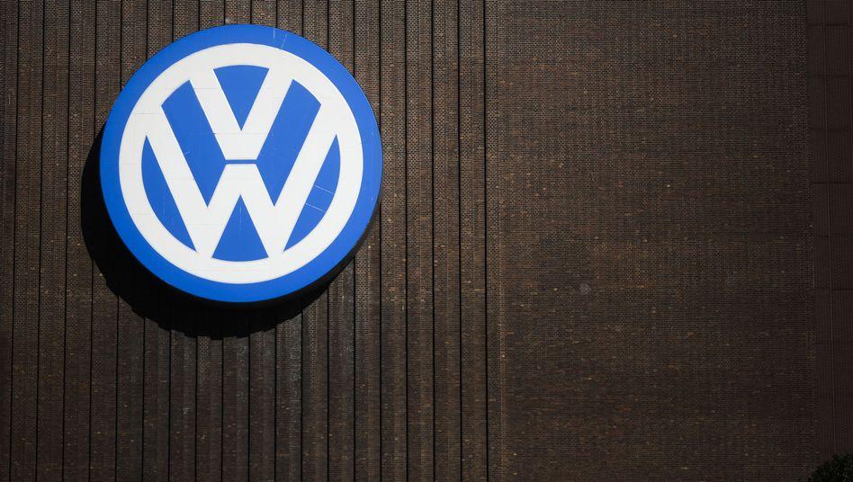 Volkswagen-Logo in Wolfsburg (Archiv): Wollen die VW-Eigentümerfamilien Porsche und Piëch ihre Macht ausbauen?