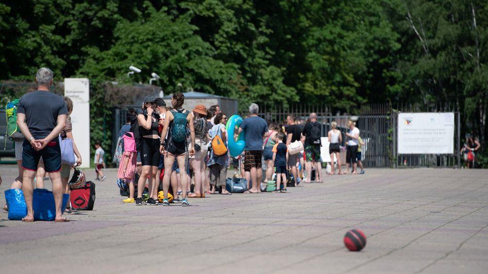 Wartende vor dem Olympiabad in Berlin