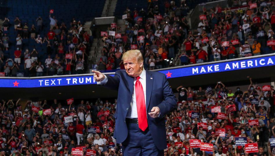 """Donald Trump beim Auftritt in einer Sportarena am Samstag: """"Größter Skandal unserer Zeit""""?"""