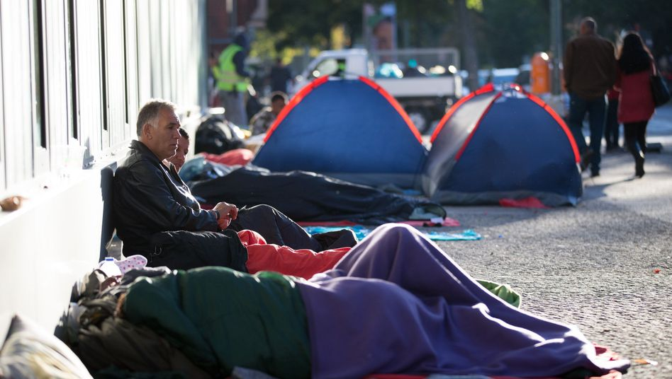 Flüchtlinge campieren vor dem Gelände des Landesamtes für Gesundheit und Soziales (LaGeSo): Überfüllte Unterkünfte