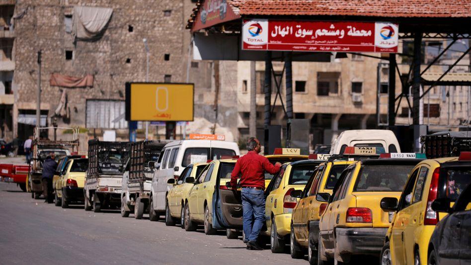 Schlange vor einer Tankstelle in Aleppo (April 2019): Manchmal gibt es gar keinen Treibstoff.
