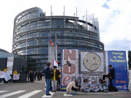 Proteste erfolgreich: Gegner der Softwarerichtlinie entfalteten am Dienstag ein Plakat vor dem EU-Parlament