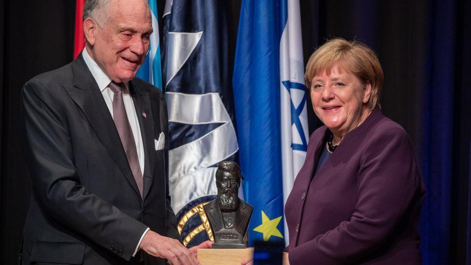 Ronald Lauder, Präsident des jüdischen Weltkongresses, mit Kanzlerin Merkel: Nicht nur Lob - dafür ist die Lage zu ernst