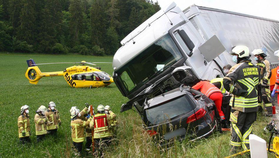 Unfall auf der B17: Vier Menschen sterben, der Lkw-Fahrer wird leicht verletzt