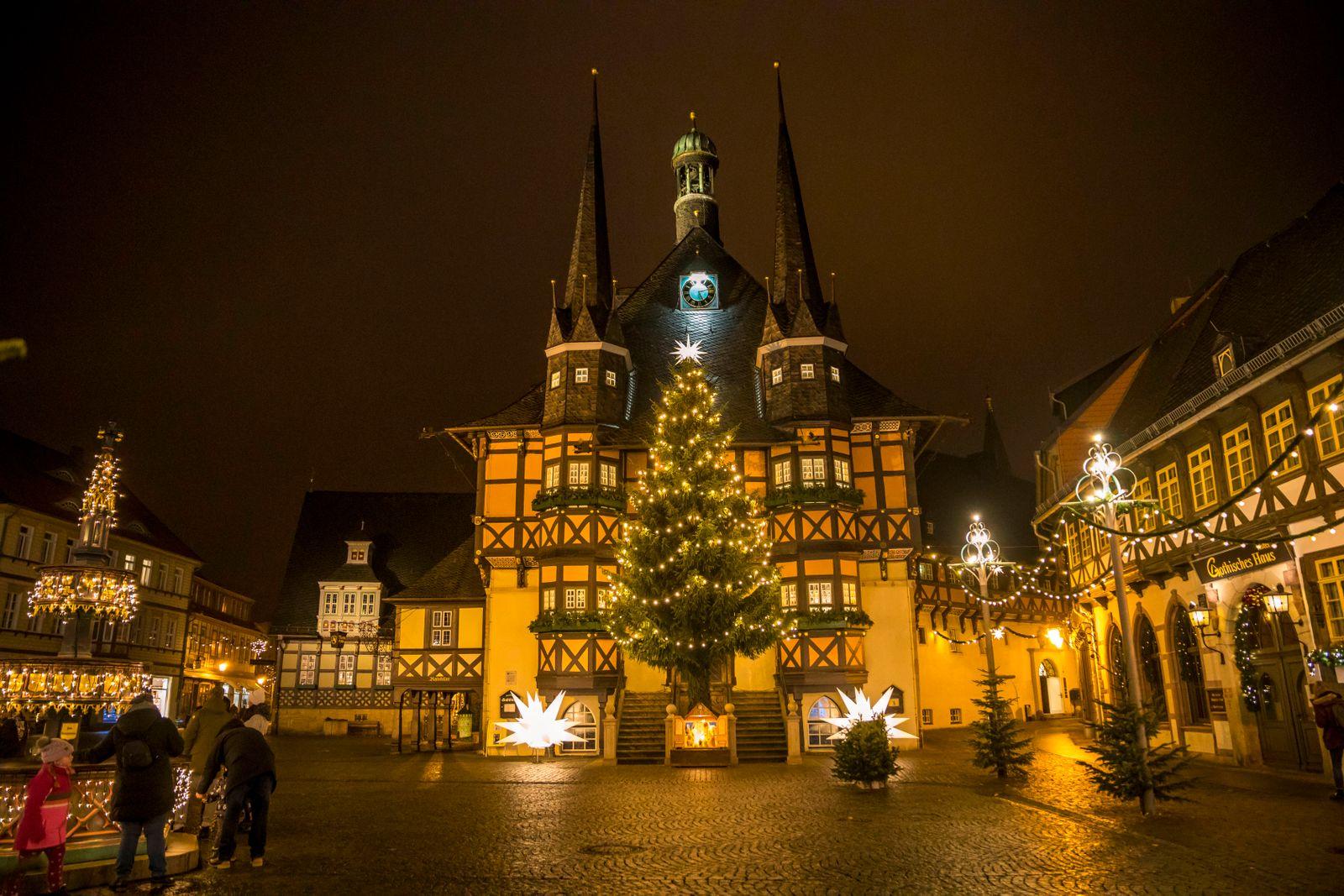 Anstelle des Weihnachtsmarktes in der historischen Altstadt von Wernigerode gibt es im Jahr 2020 einen sog. Lichterzaube