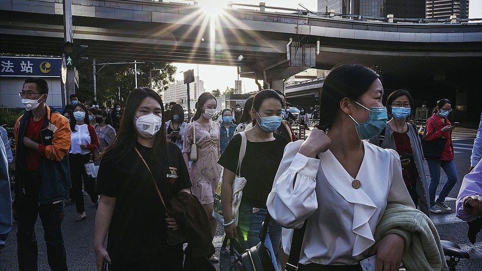Passanten in Peking:Schwindelerregende Dimensionen