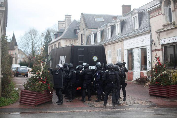 Polizisten im Dorf Longpont: Jedes Haus, jeder Stall wird durchsucht