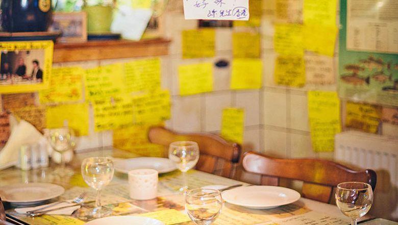 Zettel, wo man hinschaut: Ergun Çetinbas sammelt die Botschaften seiner Gäste