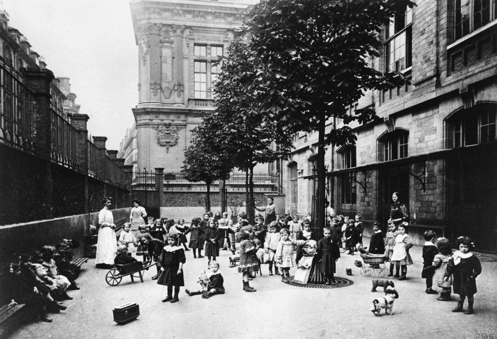 Children at school in Paris 1871 Photograph of children at school during the Paris Commune 1871 PU