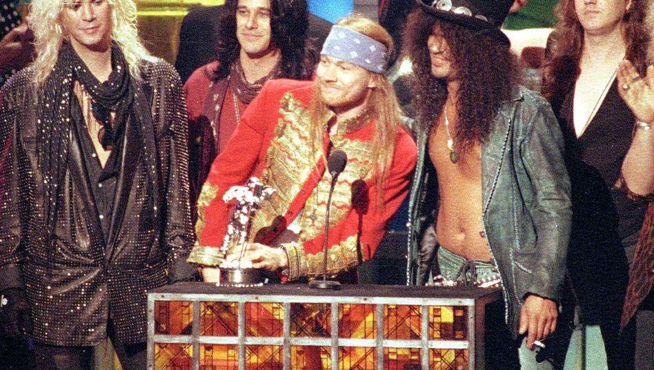Bald wieder zusammen auf der Bühne? Rose und Slash (vor dem Mikro) bei den MTV Video Music Awards 1992