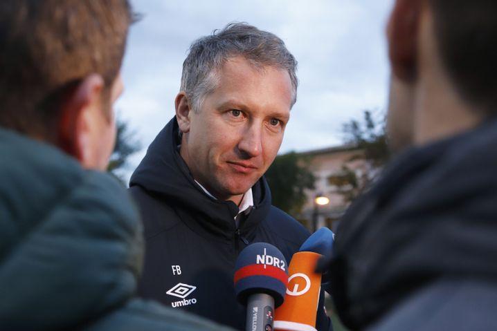 Werders Geschäftsführer Frank Baumann (Mitte) bei einem Mediengespräch im Trainingslager der Bremer Anfang Januar auf Mallorca