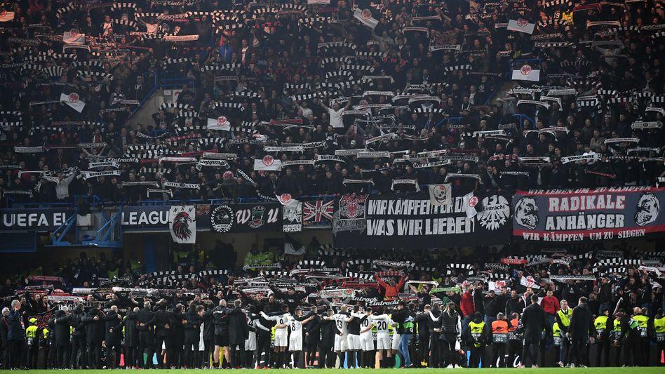 Die Mannschaft von Eintracht Frankfurt feiert mit ihren Fans