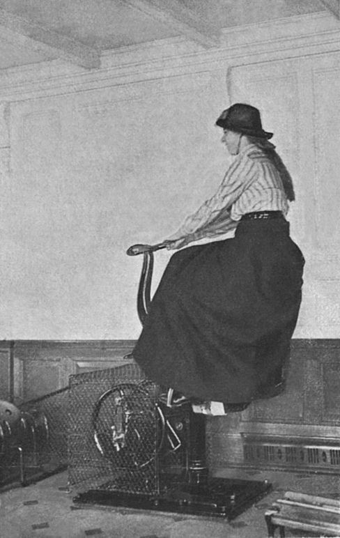 Benninghoven-Foto aus dem Gymnastikraum: Eine Passagierin auf dem »elektrischen Pferd«