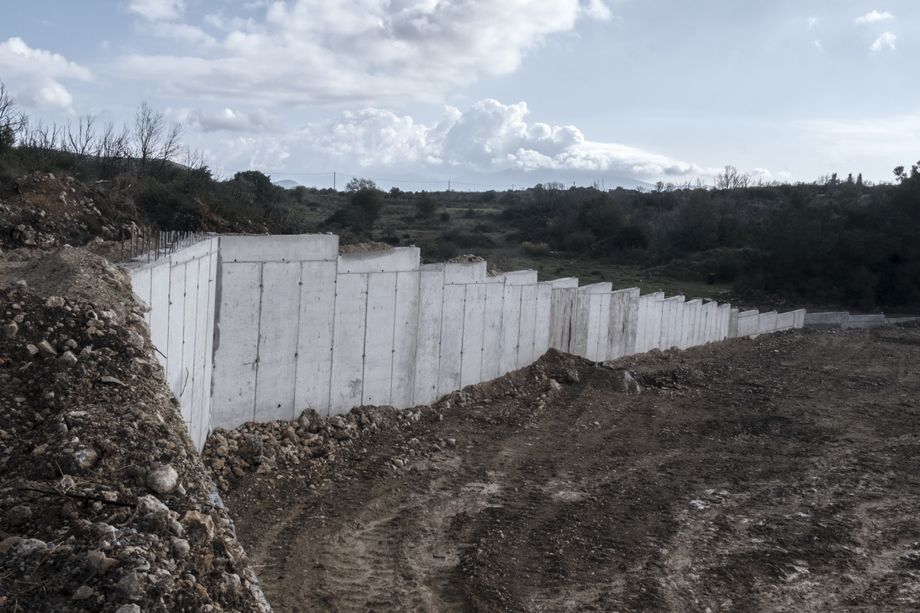 Drei Meter Mauer, dazu der Stacheldraht: Juristen zweifeln, dass die pauschale Inhaftierung der Flüchtlinge rechtens sein wird