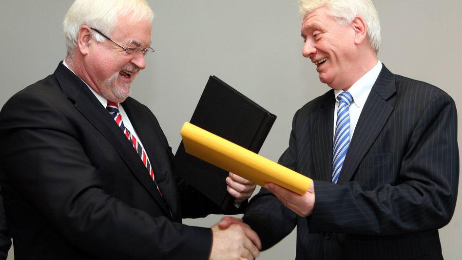 CDU-Ministerpräsident Carstensen mit FDP-Landeschef Koppelin: Vertrag unterzeichnet