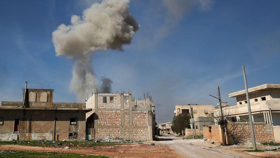 Rauchwolken über der Stadt Saraqib im Nordwesten Syriens