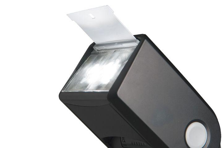 Mit einer kleinen weißen Scheibe lenken Sie einen Teil des Blitzlichts auch beim indirekten Blitzen direkt auf Ihr Motiv