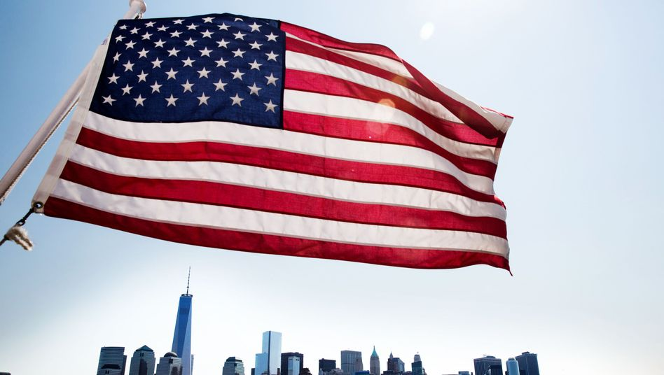 US-Flagge vor Manhattan
